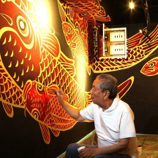 壁画絵師、木村英輝 大阪の居酒屋にコイを描く