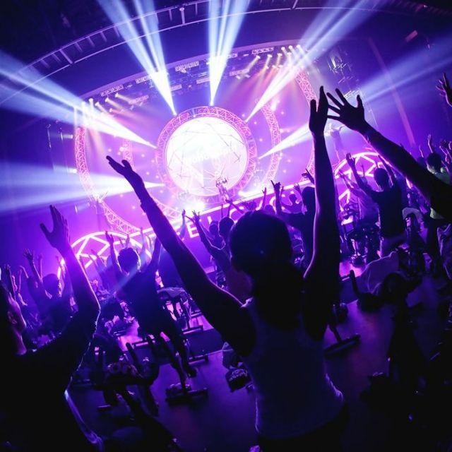 《豊洲》クラブ気分で暗闇バイクフィットネス 360人が一気に盛り上がるライブ!