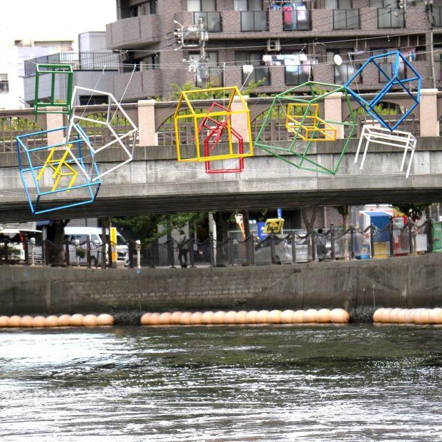 《横浜》水辺に展示されたアートをめぐるクルーズが好評 川から海へと続く作品群