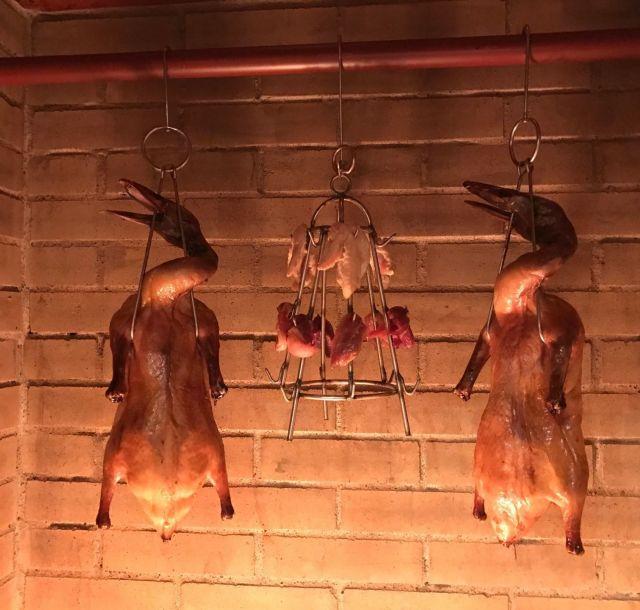 《神楽坂》夏は肉! 自家製煉瓦窯で焼く北京ダックや羊料理を食べに行こう