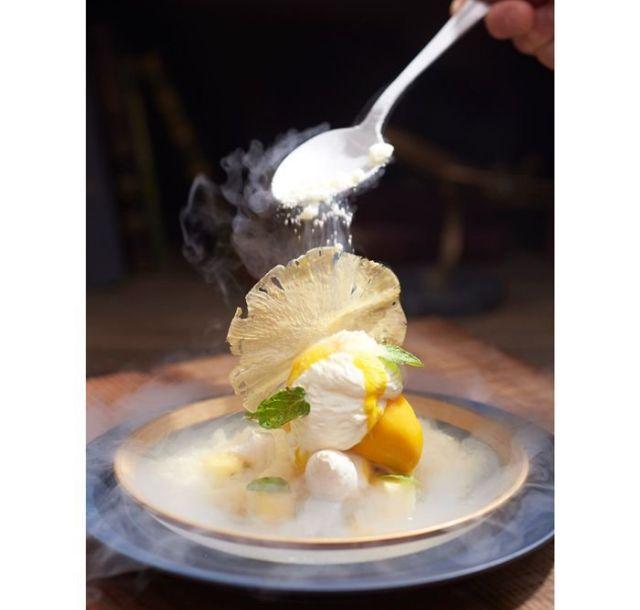 《青山一丁目》-196℃で仕上げる大人のフルーツパフェ 氷菓のパウダーで真っ白にベール