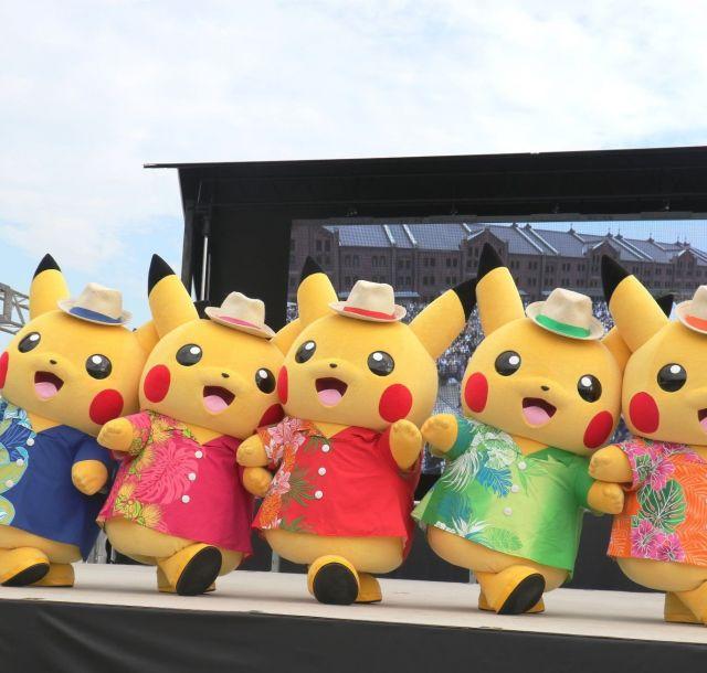 《横浜》空に海にピカチュウ大量発生チュウ 赤レンガ倉庫でずぶぬれスプラッシュショー