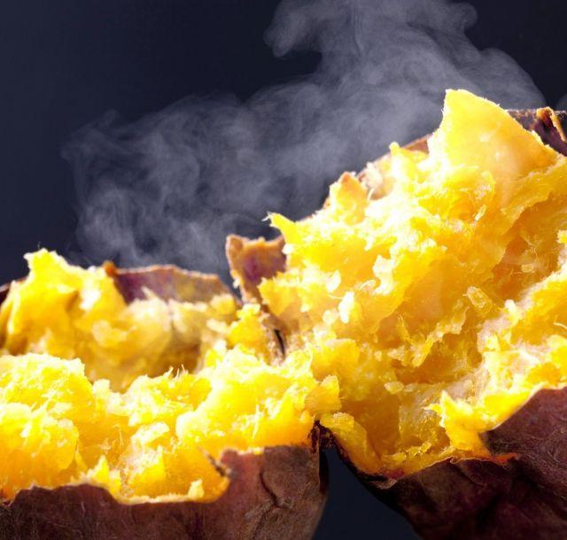 食べたくなるホクホクした焼き芋高画質画像です。